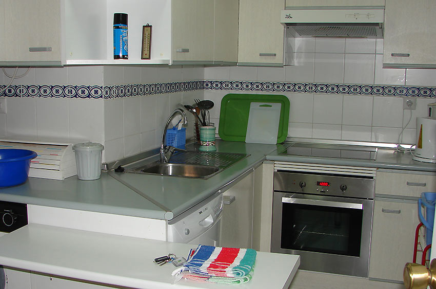 A 2 bedroom holiday apartment in estepona el jabecque for Kitchen room estepona